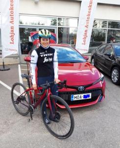 Olympialaisiin valitun pyöräilijä Lotta Henttalan suosikkiväri huomataan niin pyörässä kuin uudessa Corolla Hybridissä!   Toivotamme Lotalle reilusti antoisia kilometrejä punaisten paholaisten kanssa kohti Tokiota 2021!