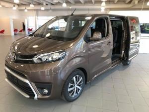 Toyota Proace Verso, aidosti tilava 8-hengen auto! Liikuteltavat ja irroitettavat takapenkit lisäävät muunneltavuutta. Tässä yksilössä kuskia hemmottelevat tehokas 2,0 diesel 180hv -moottori sekä automaattivaihteisto. Proace Verson hinnat lähtee noin 35000 eurosta, tästä vähän paremmin varustellusta versiosta pyydämme 49900€. Tervetuloa tutustumaan!