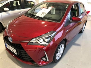 VAIHTOVIIKOT! Meillä on laaja vaihtuva valikoima Toyota Yariksia hintaluokassa 6990€-19900€, tässä esimerkkinä kolme vuoden vanhaa joista yksi manuaali, toinen automaatti ja kolmas on Hybrid joka on aina myös automaatti. Vaihtoviikoilla korkotarjous 1,89% ja kaskovakuutuksen hinnasta kolmannes pois! Tervetuloa kaupoille!